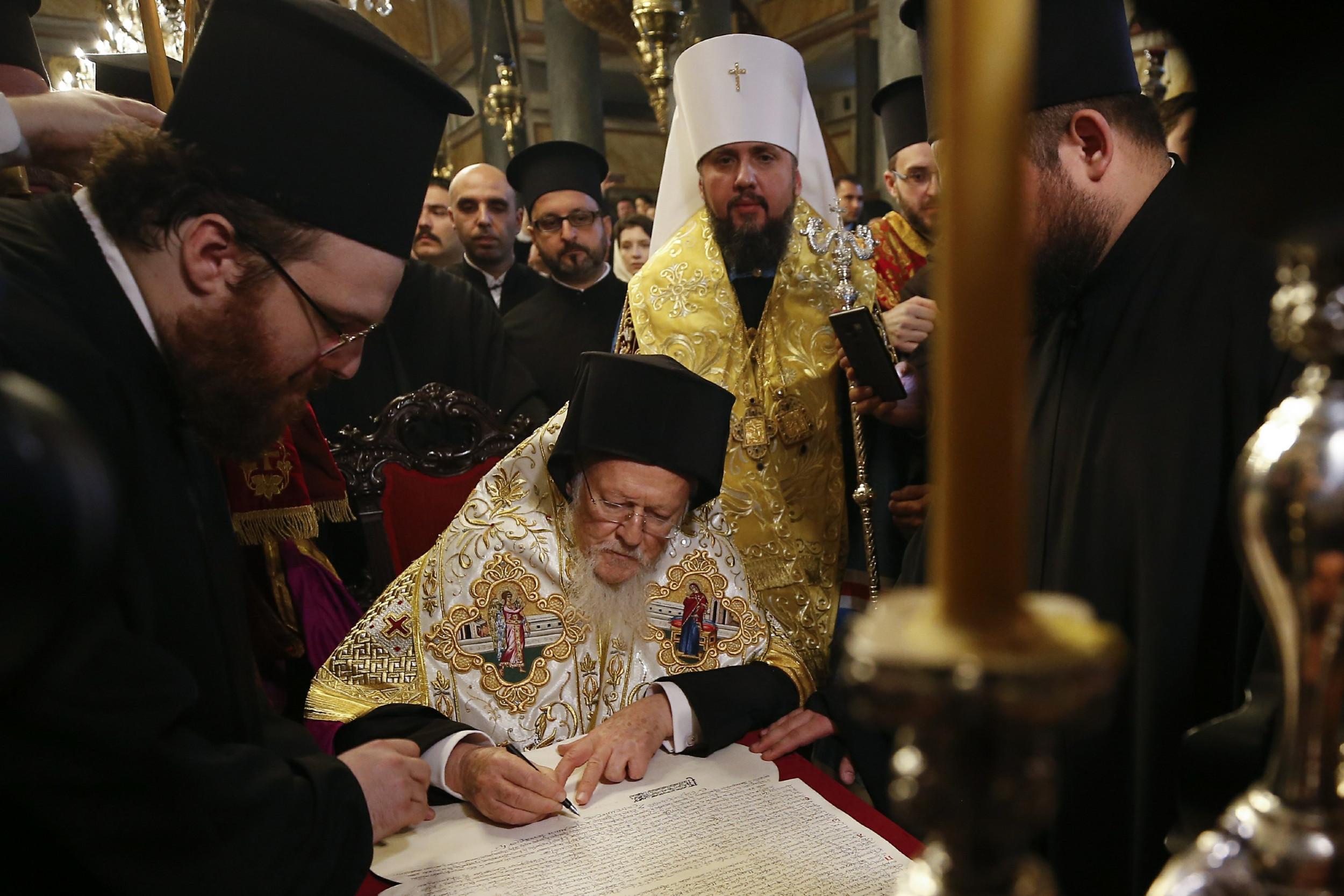 Васељенски патријарх Вартоломеј I потписује Томос о аутокефалности Православне цркве Украјине, Истанбул, 05. јануар 2019. (Фото: AP Photo/Emrah Gurel)