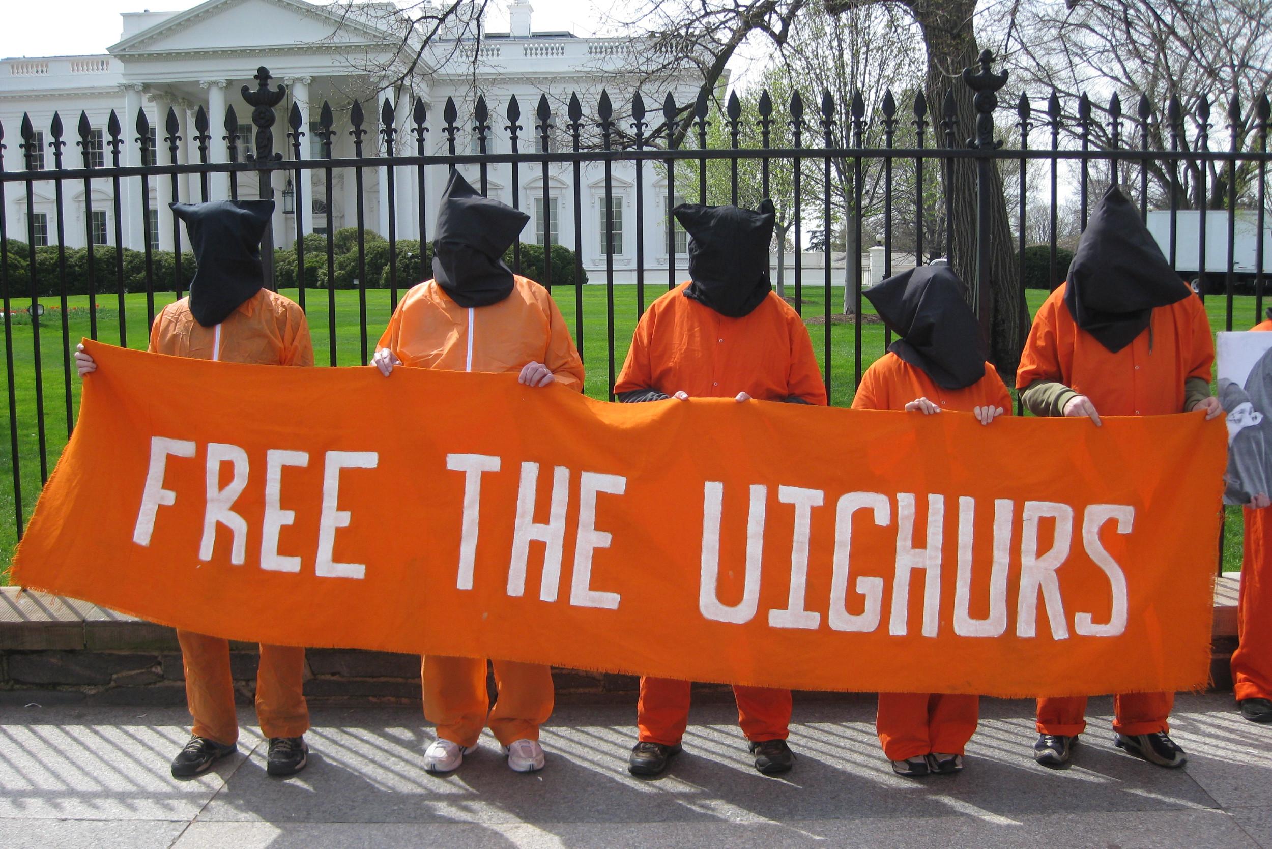 """Активисти за људска права држе транспарент са натписом """"Ослободите Ујгуре"""" испред Беле куће, Вашингтон, 10. април 2009. (Фото: Flickr/futureatlas.com)"""