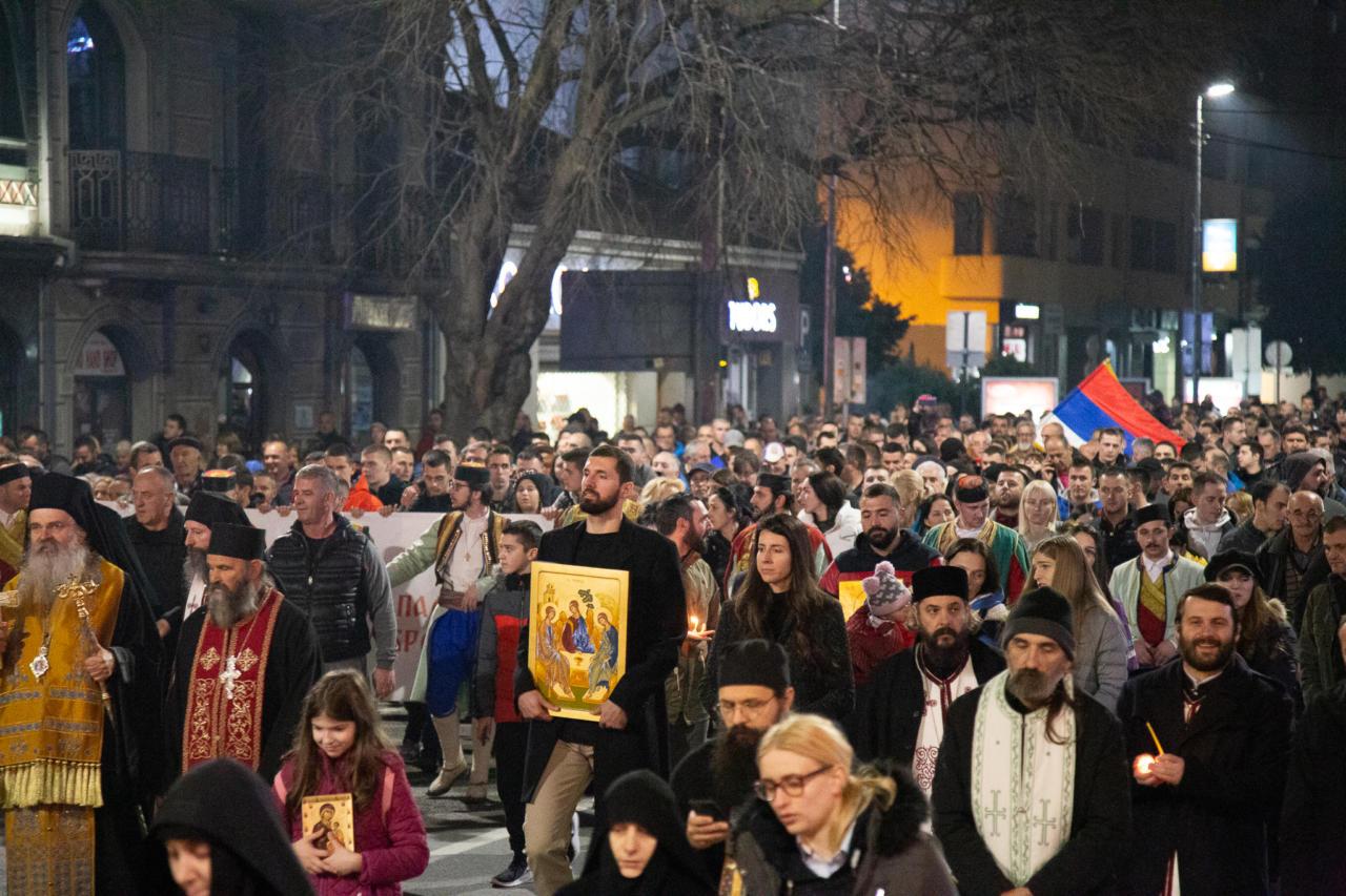 Vladika Teodosije, košarkaš Nikola Mirotić i sveštenstvo SPC predvode litiju u Podgorici, 16. februar 2020. (Foto: Boris Musić/mitropolija.com)