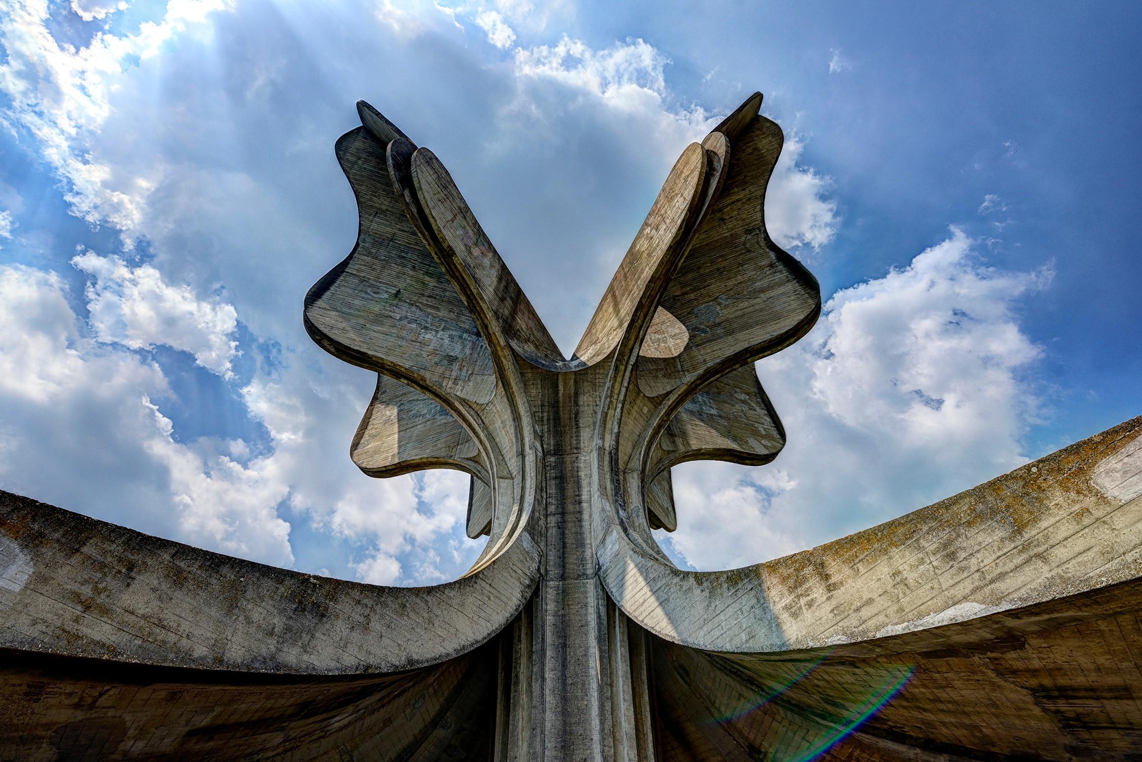 """Споменик Богдана Богдановића """"Камени цвет"""" у Јасеновцу (Фото: Wikipedia)"""