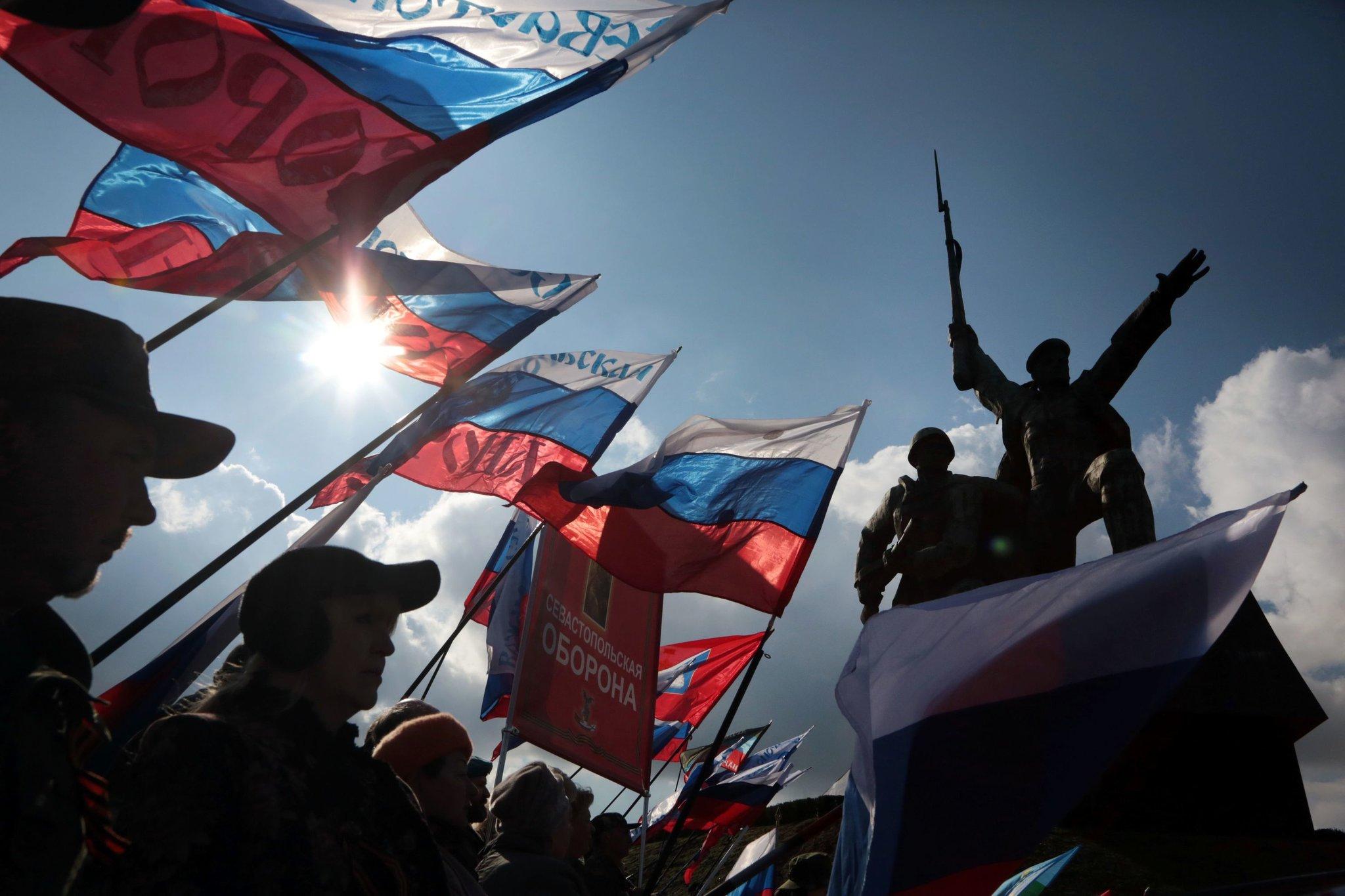 Građani Sevastopolja na Krimu mašu ruskim zastavama povodom treće godišnjice od pripajanja Krima Rusiji, mart 2017. (Foto: Max Vetrov/Agence France-Presse/Getty Images)