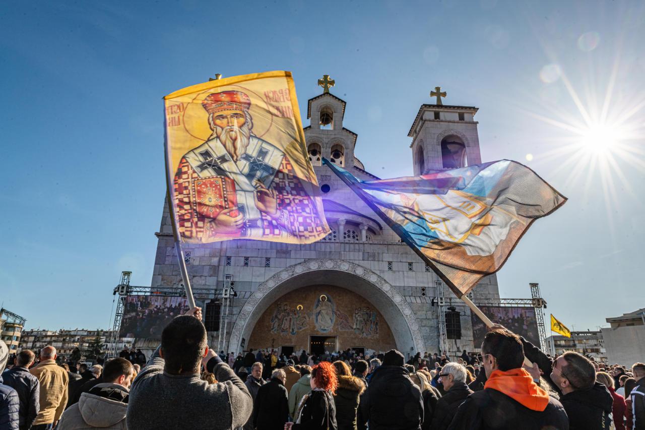 Vernici mašu crkvenim barjacima ispred Hrama Hristovog Vaskrsenja u Podgorici tokom Svetosimeonovskog sabora, 29. februar 2020. (Foto: Miloš Vujović/mitropolija.com)