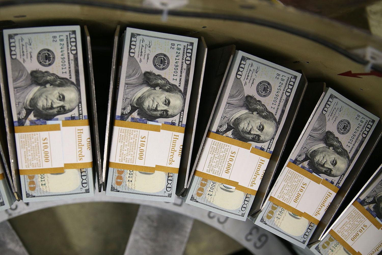 Новчанице од 100 долара на покретној траци у Бироу за гравирање и штампање (Фото: Mark Wilson/Getty Images)