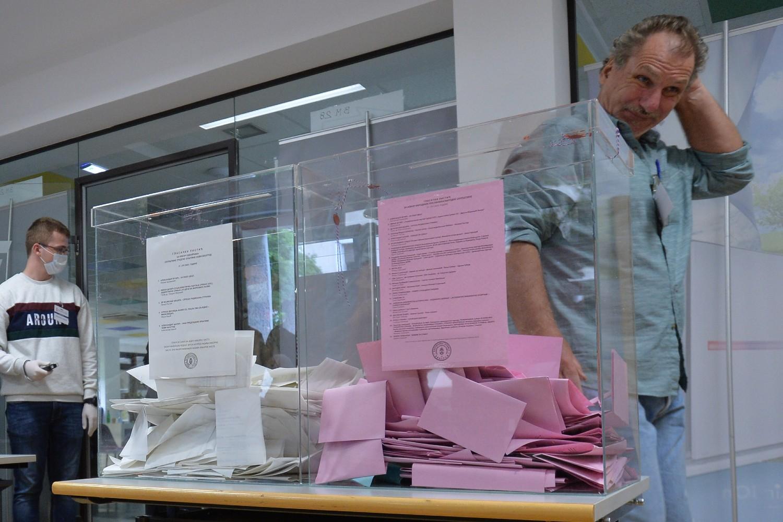 Građanin prolazi pored biračke kutije na jednom biračkom mestu u Beogradu, 21. jun 2020. (Foto: Tanjug/Zoran Žestić)