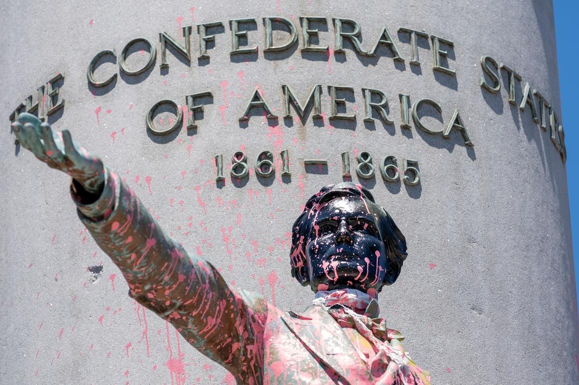 Оскрнављена статуа Џеферсона Дејвиса у Ричмонду непосредно пре обарања (Фото: AP Photo/J. Scott Applewhite)
