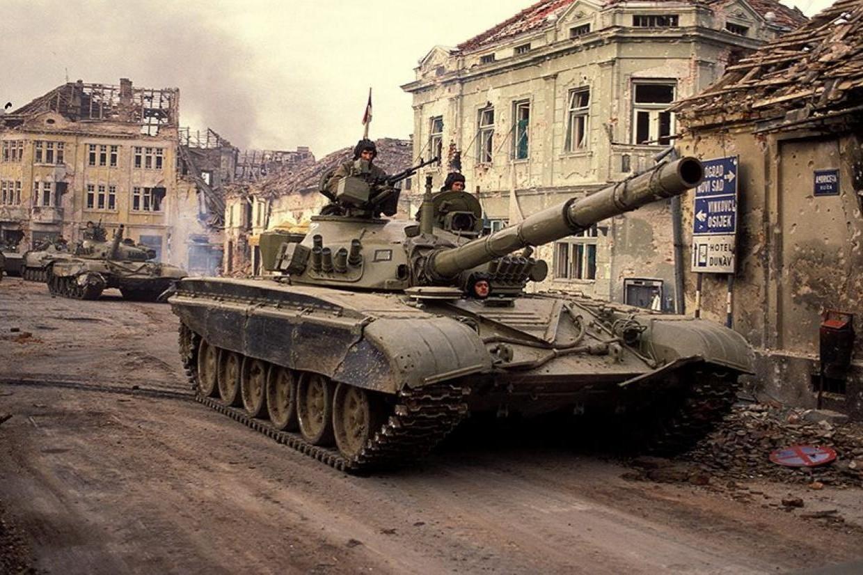 Tenkovi JNA tokom bitke za Vukovar 1991. (Foto: Art Zamur/Gamma-Rapho via Getty Images)