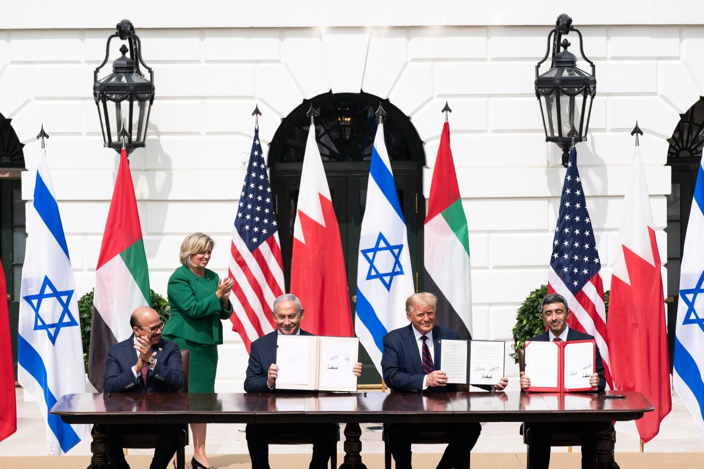 Ministar spoljnih poslova Bahreina Abdulatif bin Rašid el Zajani, premijer Izraela Benjamin Netanjahu, predsednik SAD Donald Tramp i ministar spoljnih poslova UAE Abdulah bin Zajed el Nahjan tokom potpisivanja sporazuma o normalizaciji odnosa UAE i Bahreina sa Izraelom u Beloj kući, Vašington, 15. septembar 2020. (Foto: Official White House Photo/Sheala)