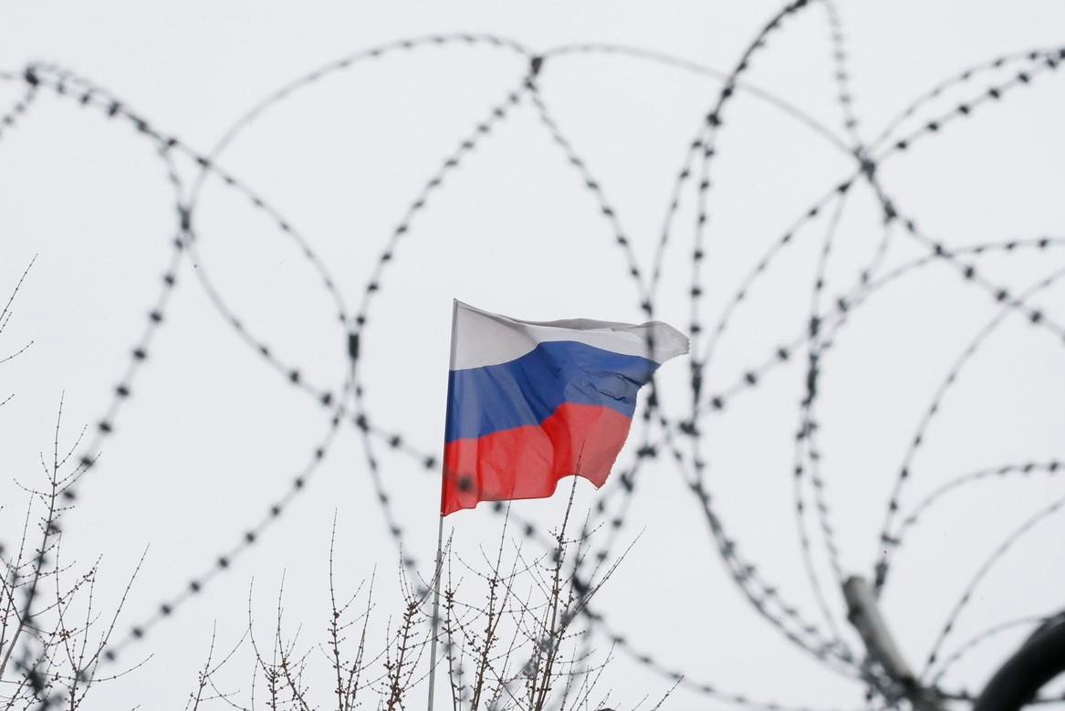 Руска застава на крову руске амбасаде у Кијеву (Фото: Reuters/Gleb Garanich)