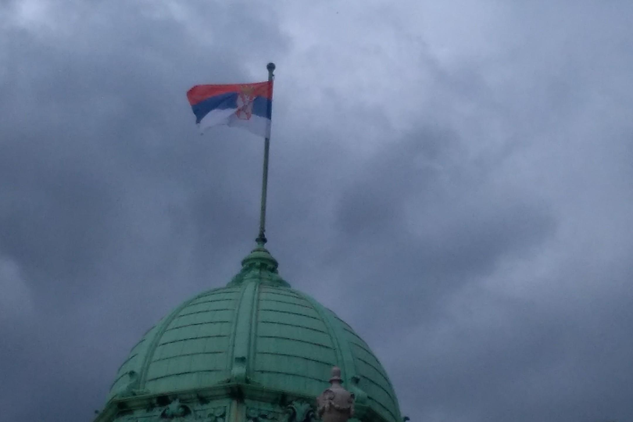 Zastava Srbije na jednoj od kupola Narodne skupštine (Foto: Radomir Jovanović/Novi Standard)