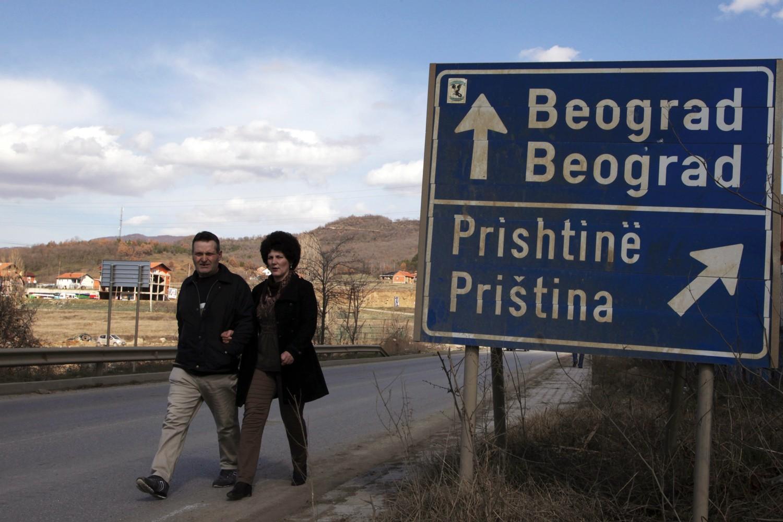 Саобраћајна сигнализација која показује два различита правца ка Београду и Приштини у Косовској Митровици (Фото: Hazir Reka/Reuters)