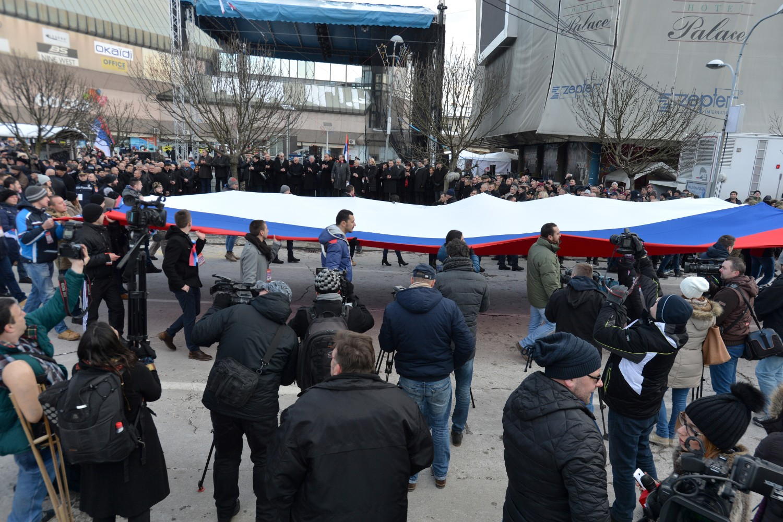 Građani Banjaluke sa velikom zastavom Republike Srpske tokom obeležavanja Dana Republike Srpske, 09. januar 2017. (Foto: Tanjug/Zoran Žestić)