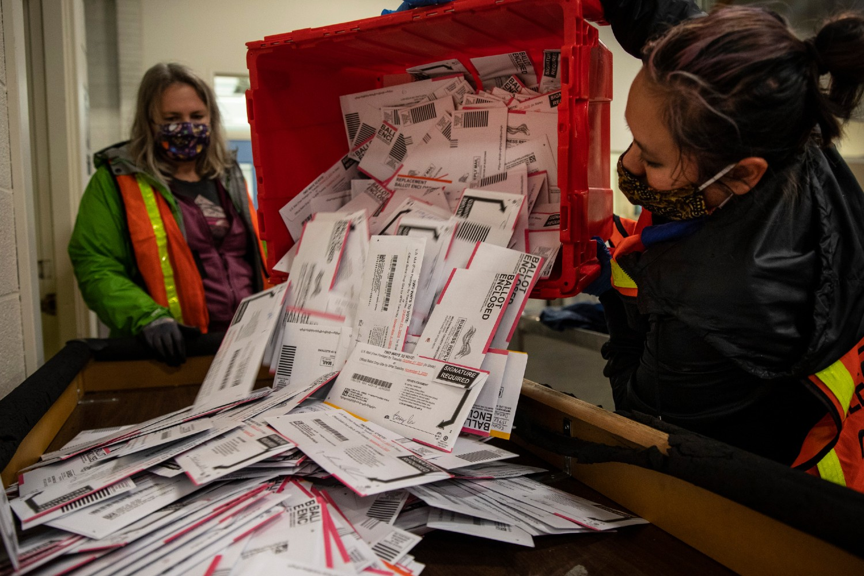 Osobe zadužene za prebrojavanje glasova tokom pražnjenja glasačkih kutija na jednom biračkom mestu u noći predsedničkih izbora, Portland (Oregon), 03. novembar 2020. (Foto: AP Photo/Paula Bronstein)