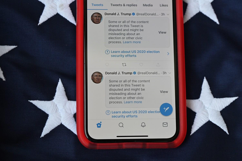 Cenzurisani tvitovi američkog predsednika Donalda Trampa o predsedničkim izborima prikazani na jednom telefonu (Foto: Robyn Beck/AFP via Getty Images)