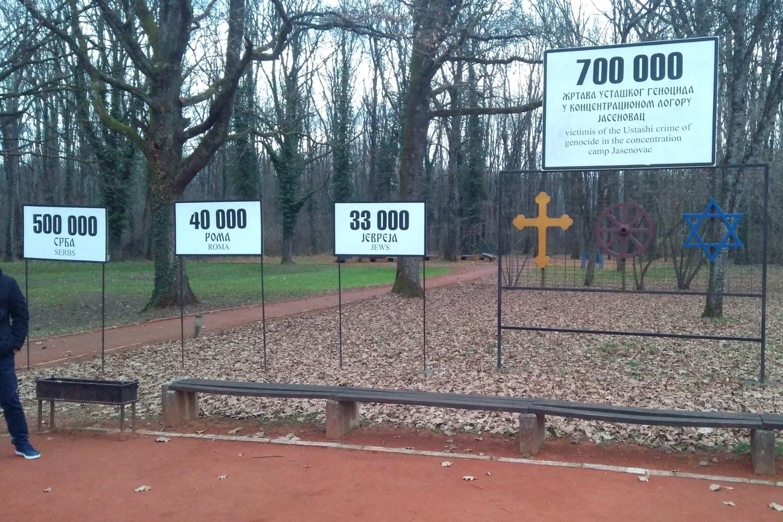 Table sa brojem žrtava logora u Jasenovcu istaknute u Spomen-području Donja Gradina (Foto: Radomir Jovanović/Novi Standard)