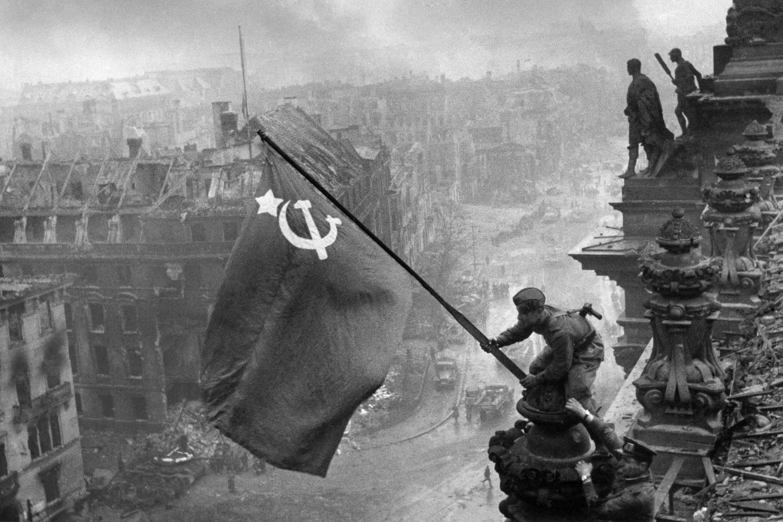 Sovjetski vojnik zabada zastavu SSSR na vrhu Rajhstaga u razrušenom Berlinu, 2. maj 1945. (Foto: TASS/Evgeniй Haldeй)