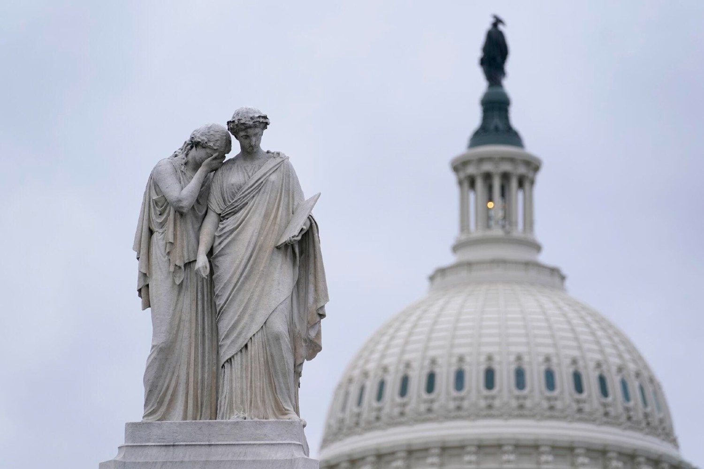 Споменик миру, познат као Поморски споменик или Споменик морнарима из грађанског рата испред зграде Капитола у Вашингтону (Фото: AP Photo/Susan Walsh)