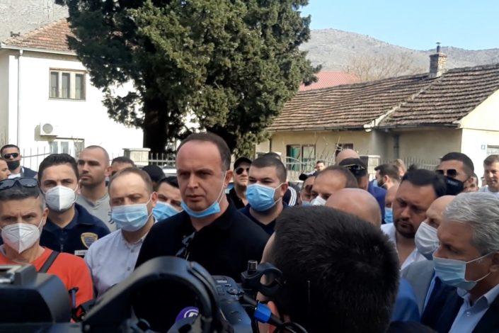 Pobuna Albanaca u Tuzima, barikade na ulicama