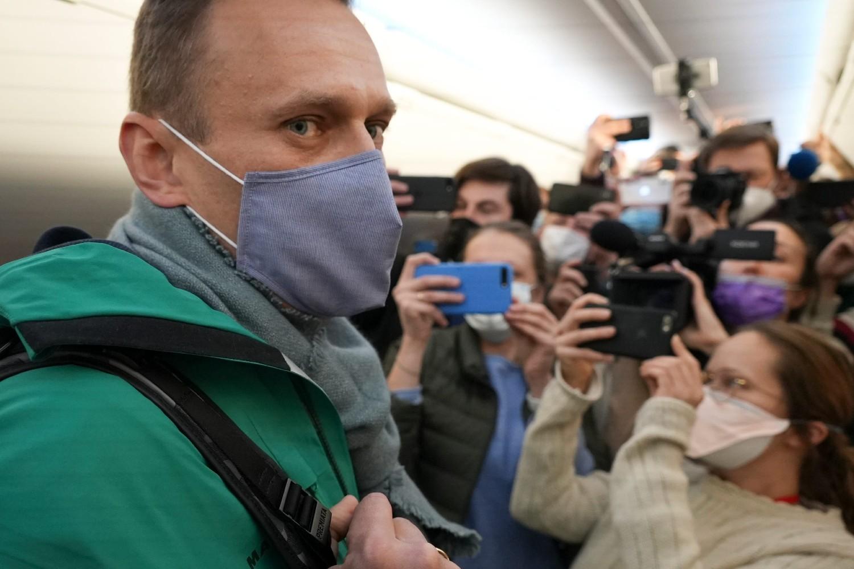 Ruski opozicioni lider Aleksej Navaljni okružen novinarima u avionu na aerodromu u Berlinu neposredno pre leta za Moskvu, 17. januar 2021. (Foto: AP Photo/Mstyslav Chernov)