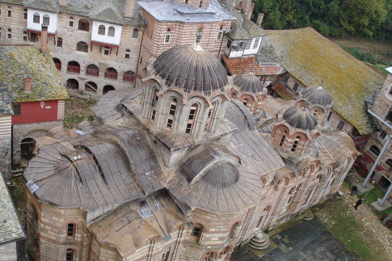 Поглед са једног пирга на Свету српску царску лавру Хиландар (Фото: Wikimedia/Zeljkokiss)