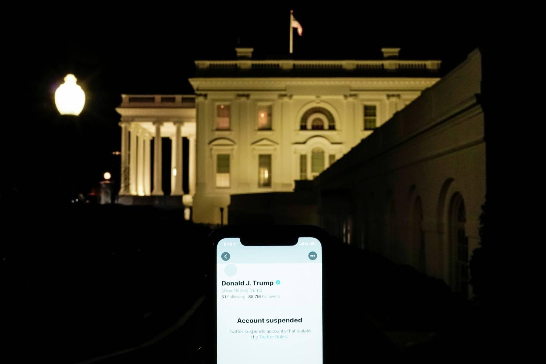 Ilustracija koja prikazuje suspendovani Tviter nalog Donalda Trampa na smartfonu ispred Bele kuće u Vašingtonu (Foto: Reuters/Joshua Roberts)