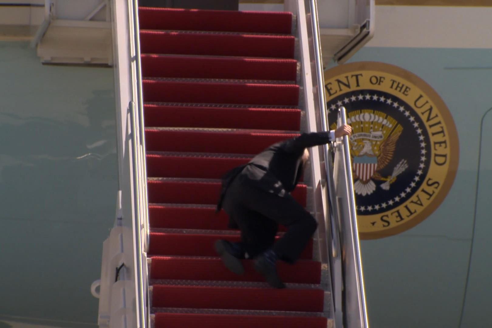 Амерички председник Џо Бајден приликом пада током укрцавања у авион (Фото: Снимак екрана/NBC News)