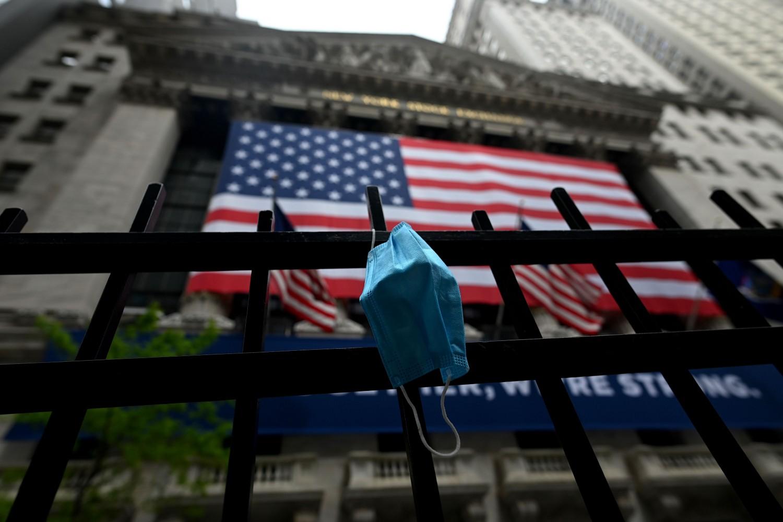 Zaštitna maska za lice okačena na ogradu ispred Njujorške berze na Volstritu, Njujork, 26. maj 2020. (Foto: Johannes Eisele/AFP/Getty Images)