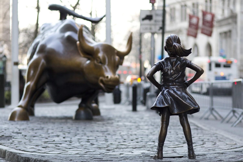 Бронзана статуа бика и девојчице испред Њујоршке берзе на Волстриту (Фото: AP Photo/Mark Lennihan)