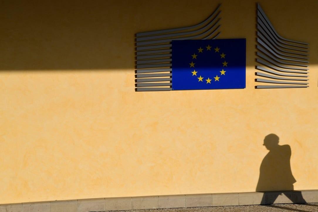 Човек у пролазу поред седишта Европске комисије у Бриселу (Фото: Reuters/Toby Melville)