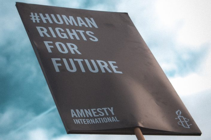 Amnesti internešenel oštro o Srbiji: Napadi na medije, diskriminacija, nekažnjeni zločini…