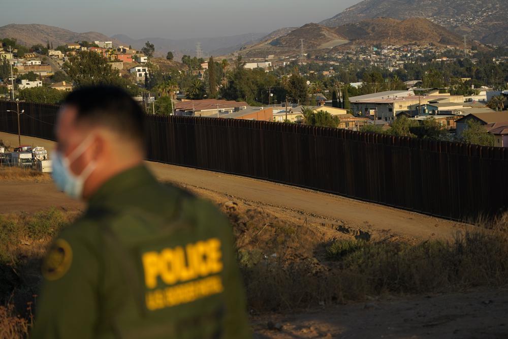 Pripadnik granične policije Sjedinjenih Država tokom nadgledanja radova na izgradnji graničnog zida prema Meksiku, Tekate (Kalifornija), 24. septembar 2020. (Foto: AP Photo/Gregory Bull)