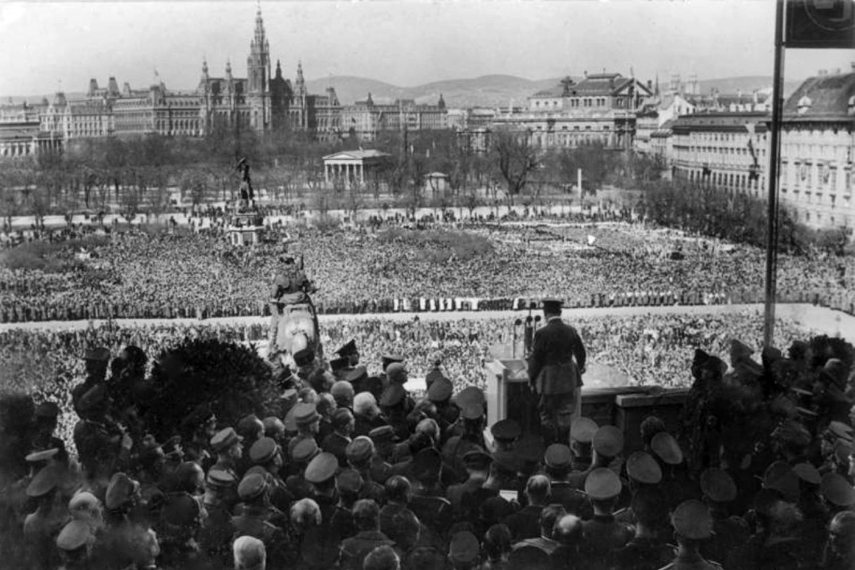 Govor Adolfa Hitlera u Beču sa balkona Hofburga, 15. mart 1938. (Foto: Bundesarchiv, Bild 183-1987-0922-500/CC-BY-SA 3.0)