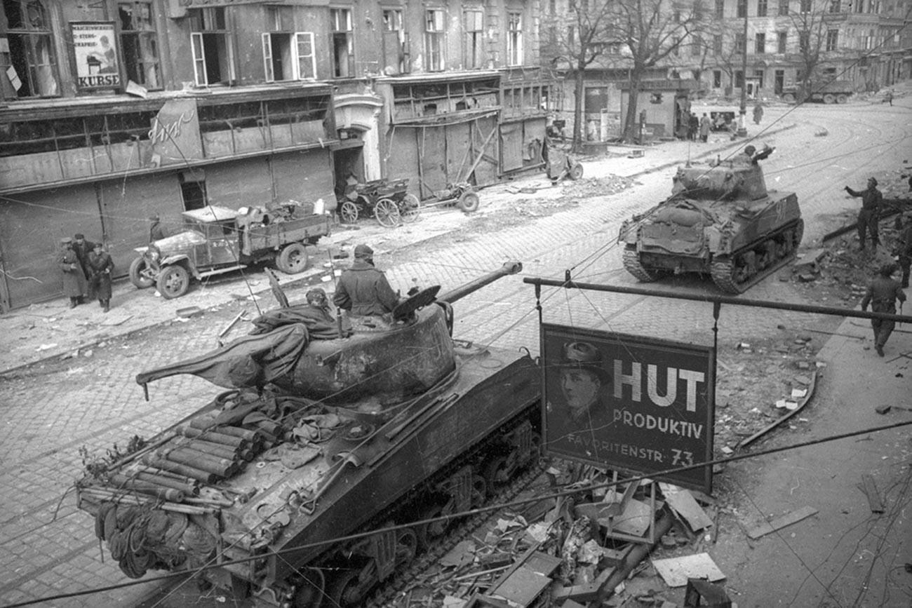 Sovjetski tenkovi prilikom ulaska u Beč (Foto: Yevgeny Khaldei/MAMM/MDF/russiainphoto.ru)