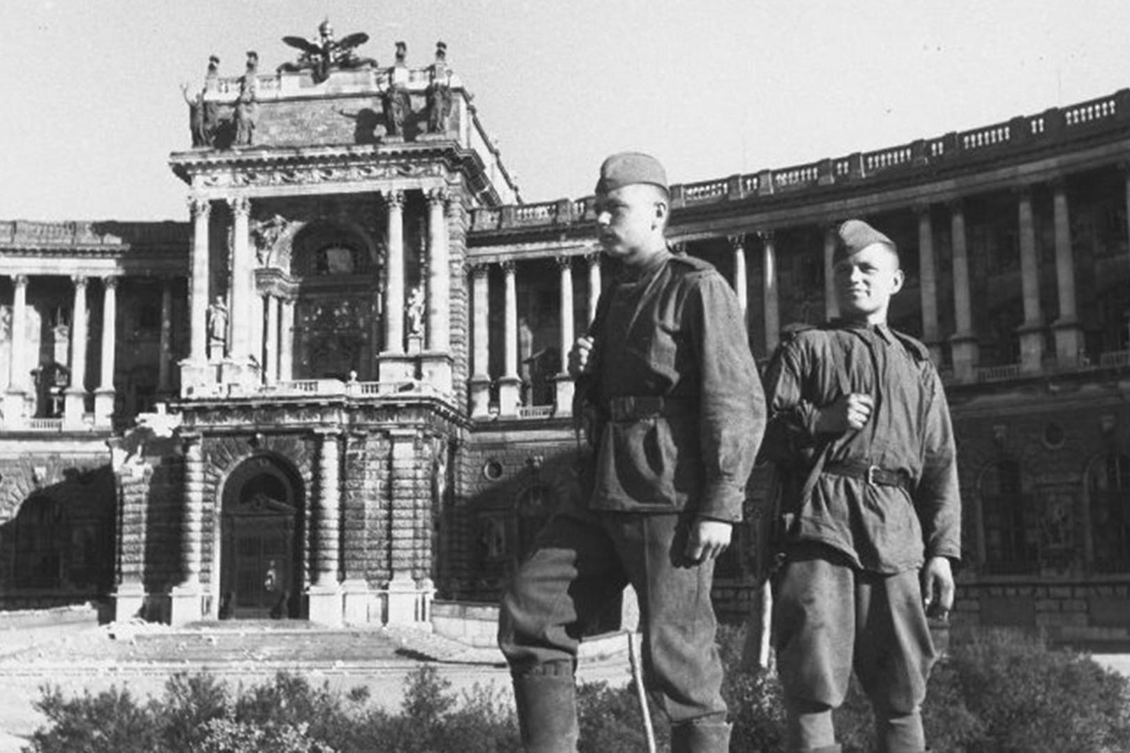 Sovjetski vojnici ispred palate Hofburg u Beču (Foto: Yevgeny Khaldei/MAMM/MDF)