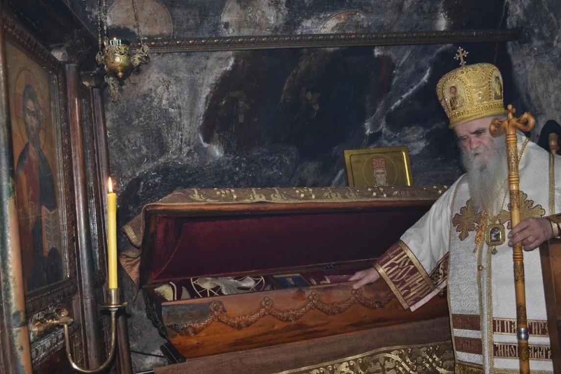 Blaženopočivši mitropolit crnogorsko-primorski pokraj moštiju Svetog Vasilija Ostroškog u manastiru Ostrog (Foto: mitropolija.com)
