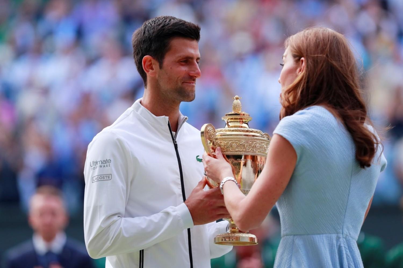 Ketrin, vojvotkinja od Kembridža, predaje vimbldonski trofej srpskom teniskom šampionu Novaku Đokoviću nakon pobede u finalu protiv Rodžera Federera, 14. jul 2019. (Foto: Reuters/Andrew Couldridge)
