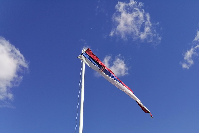Zastava Srbije na jarbolu ispred Narodne skupštine (Foto: Radomir Jovanović/Novi Standard)
