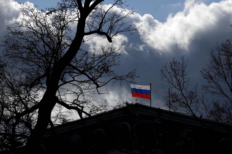 Застава Русије на врху руске амбасаде у Прагу, 27. фебруар 2020. (Фото: Reuters/David W Cerny)