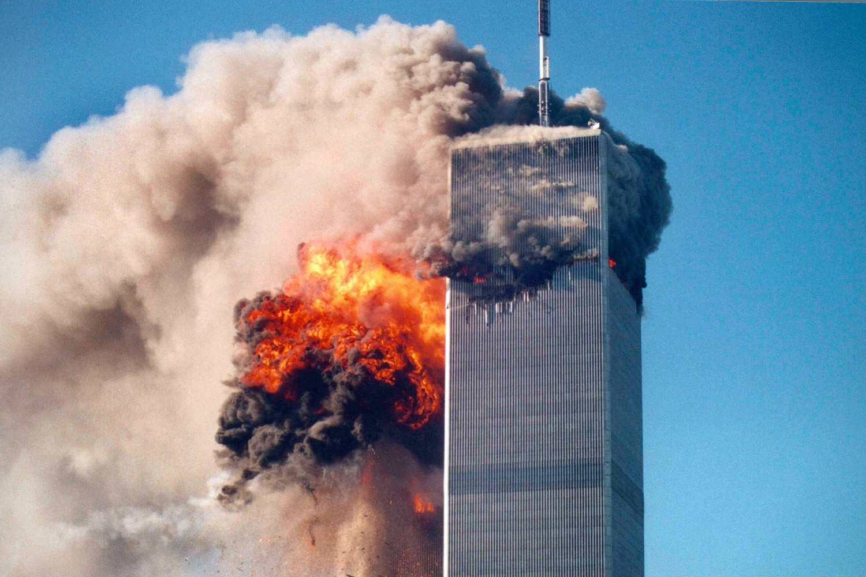 Trenutak rušenja kule Svetskog trgovinskog centra u Njujorku nakon terorističkog napada Al kaide, 11. septembar 2001. (Foto: AP Photo/Roberto Robanne)