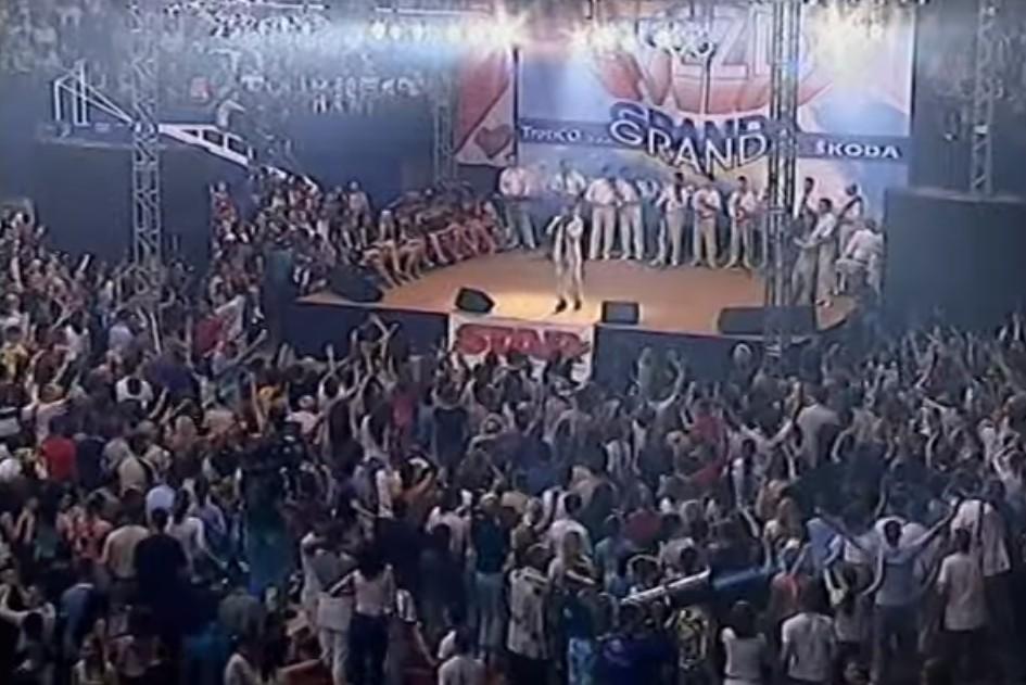 Scena sa koncerta Zvezda Granda 2004. godine (Foto: Snimak ekrana/Jutjub/Muzička Kutija)