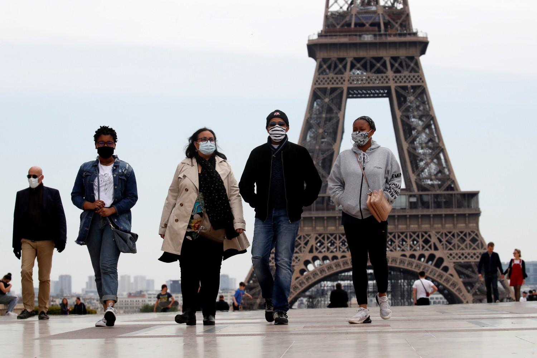 Građani Pariza tokom šetnje na Trgu Trokadero u blizini Ajfelovog tornja, Pariz, 16. maj 2020. (Foto: Reuters/Gonzalo Fuentes)