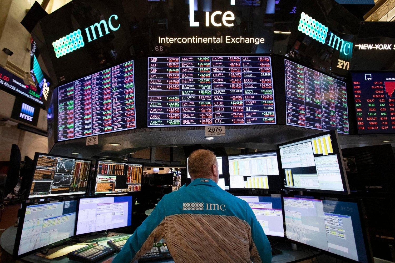 Trgovac na Njujorškoj berzi posmatra kretanje akcija na monitorima, 20. novembar 2018. (Foto: AP Photo/Mark Lennihan)