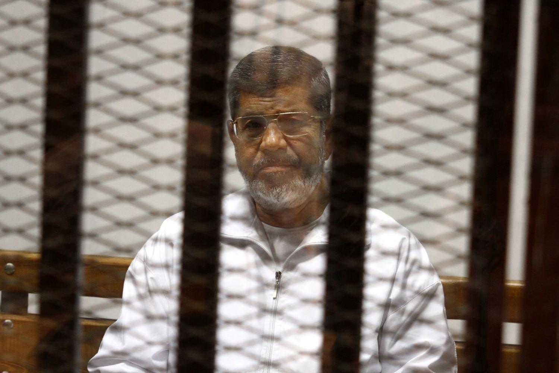 Svrgnuti egipatski predsednik Muhamed Morsi na optuženičkoj klupi u sudnici u Kairu, 08. maj 2014. (Foto: AP Photo/Tarek el-Gabbas)
