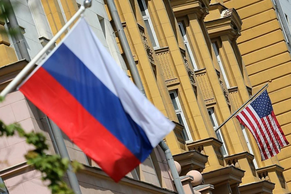 Zastave Rusije i Sjedinjenih Američkih Država (Foto: Anton Novoderzhkin/TASS)