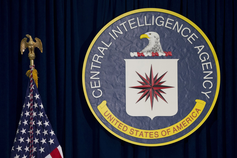 Grb CIA pored zastave SAD u njenom sedištu u Lengliju (Foto: AP Photo/Carolyn Kaster)