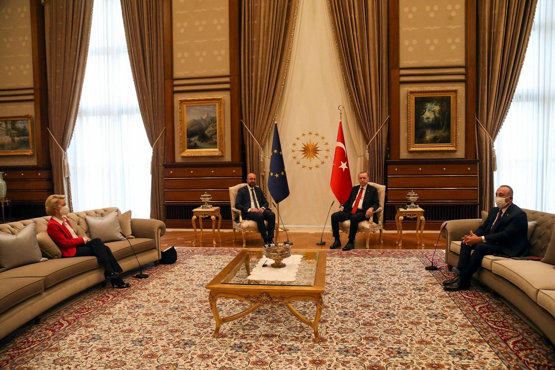 Predsednica Evropske komisije Ursula fon der Lajen i turski ministar spoljnih poslova Mevlut Čavušoglu tokom razgovora turskog predsednika Redžepa Tajipa Erdogana i predsednika Evropskog saveta Šarla Mišela, Ankara, 06. april 2021. (Foto: Courtesy of the EU Delegation to Turkey)