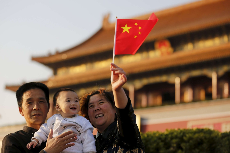 Kineska porodica sa zastavicom Kine u Pekingu (Foto: Reuters/Kim Kyung Hoon)