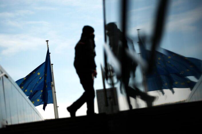 Klimava evropska kuća od karata
