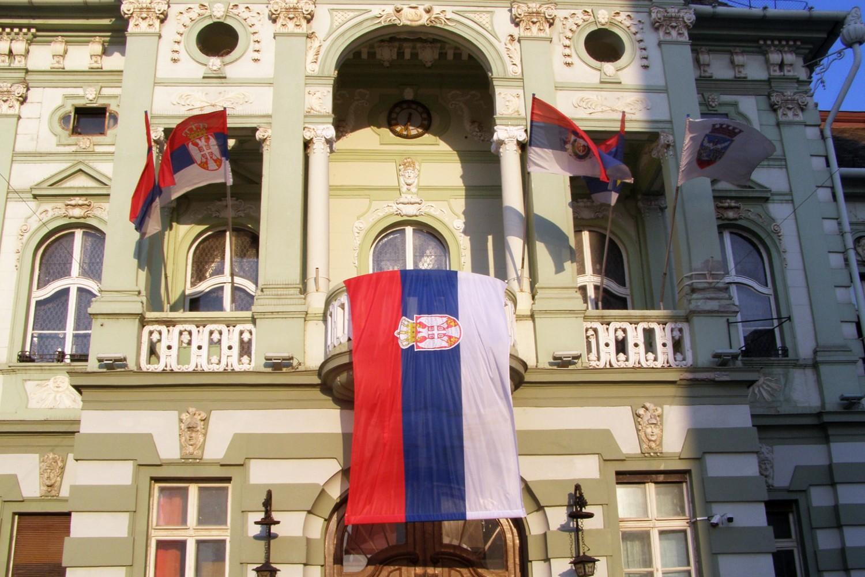 Nepravilna Državna zastava Republike Srbije istaknuta na balkonu Gradske kuće u Zrenjaninu povodom Dana srpskog jedinstva, slobode i nacionalne zastave, 15. septembar 2020. (Foto: zrenjanin.rs)