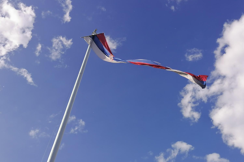 Državna zastava Republike Srbije na jarbolu ispred Doma Narodne skupštine (Foto: Radomir Jovanović/Novi Standard)