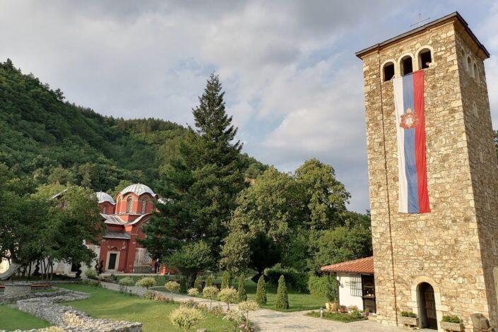 Srpsko društvo između kompleksa više i niže vrednosti